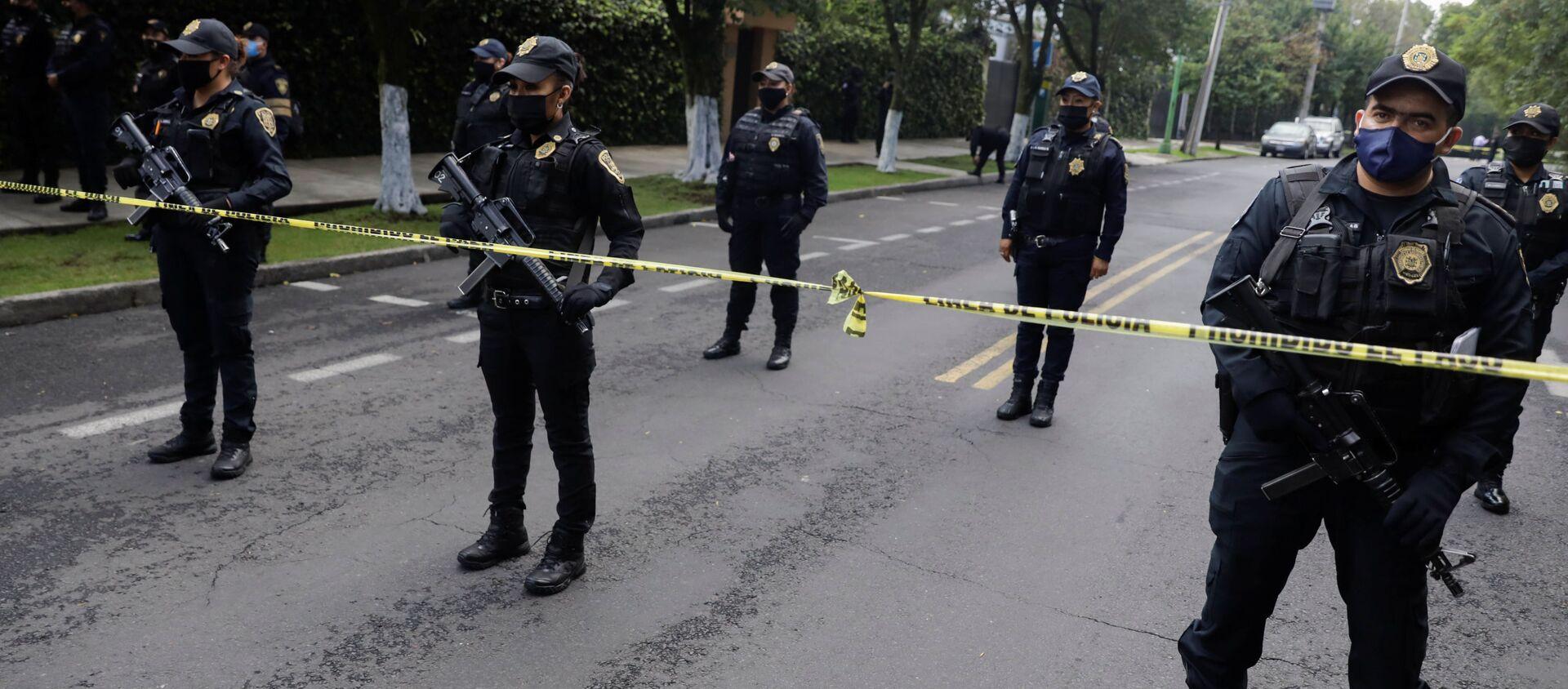 Oficiales de policía vigilan la escena del crimen después de un intento de asesinato del jefe de policía de la Ciudad de México, Omar García Harfuch - Sputnik Mundo, 1920, 14.07.2020