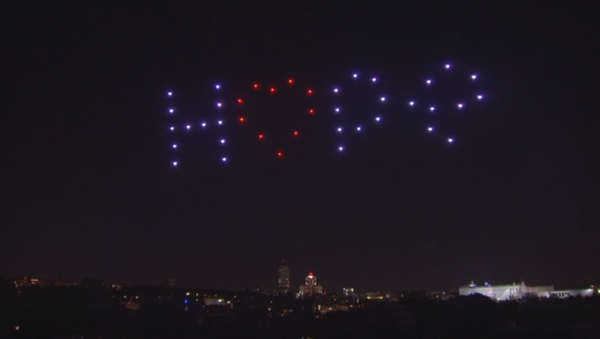 El cielo de Madrid se ilumina para homenajear a los fallecidos por COVID-19 - Sputnik Mundo