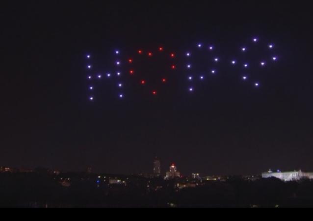El cielo de Madrid se ilumina para homenajear a los fallecidos por COVID-19