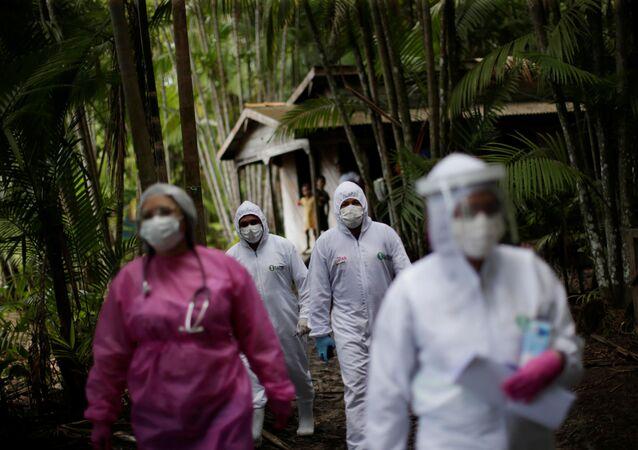 Médicos en la selva brasileña