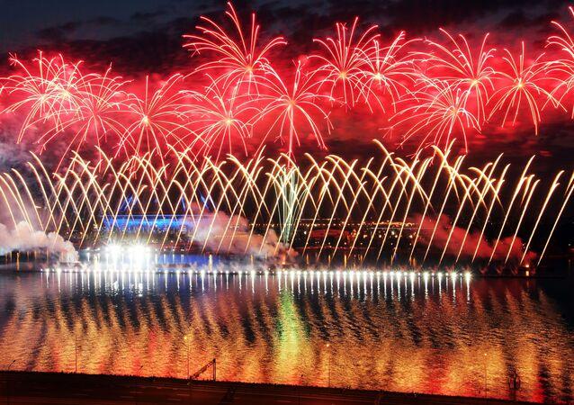 Así fue el espectáculo de fuegos artificiales de la fiesta de graduación Velas Escarlatas