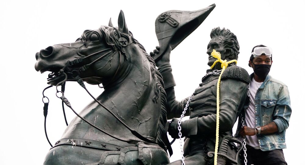Un manifestante intenta derribar una estatua del presidente Andrew Jackson, en Washington