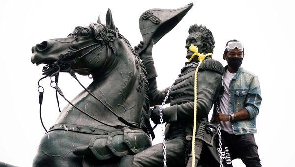 Un manifestante intenta derribar una estatua del presidente Andrew Jackson, en Washington - Sputnik Mundo