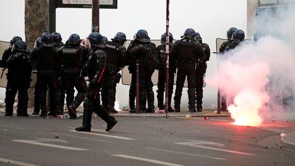 Policías franceses durante una protesta en París - Sputnik Mundo