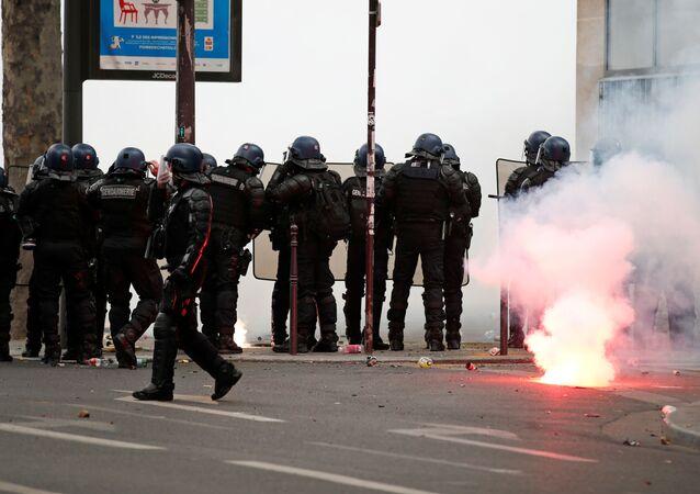 Policías franceses durante una protesta en París