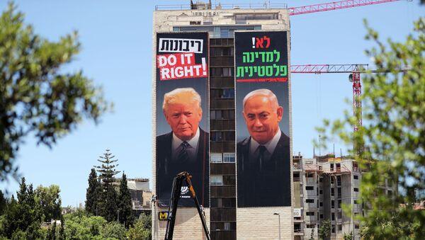 Un cartel con rostros del presidente de EEUU, Donald Trump, y el primer ministro israelí, Benjamín Netanyahu - Sputnik Mundo