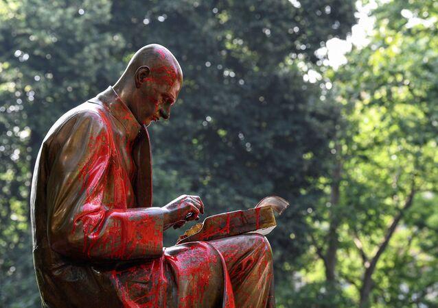 La estatua de Indro Montanelli, periodista, escritor e historiador italiano en Milán