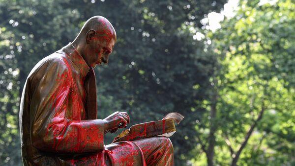 La estatua de Indro Montanelli, periodista, escritor e historiador italiano en Milán - Sputnik Mundo