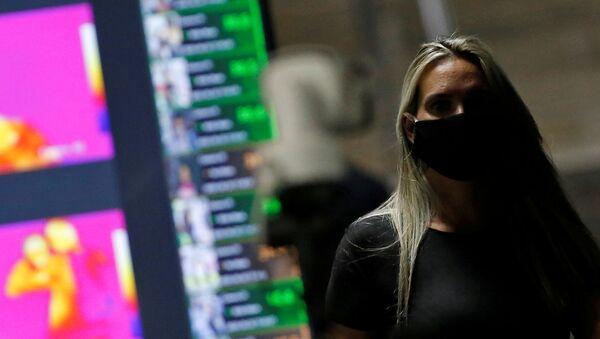 Una mujer con mascarilla en Brasilia - Sputnik Mundo