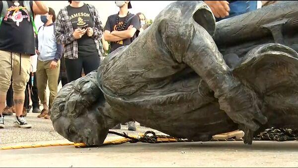 Activistas del mundo derriban y vandalizan estatuas vinculadas al esclavismo - Sputnik Mundo