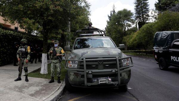Oficiales de policía vigilan la escena del crimen después de un intento de asesinato del jefe de policía de la Ciudad de México, Omar García Harfuch - Sputnik Mundo