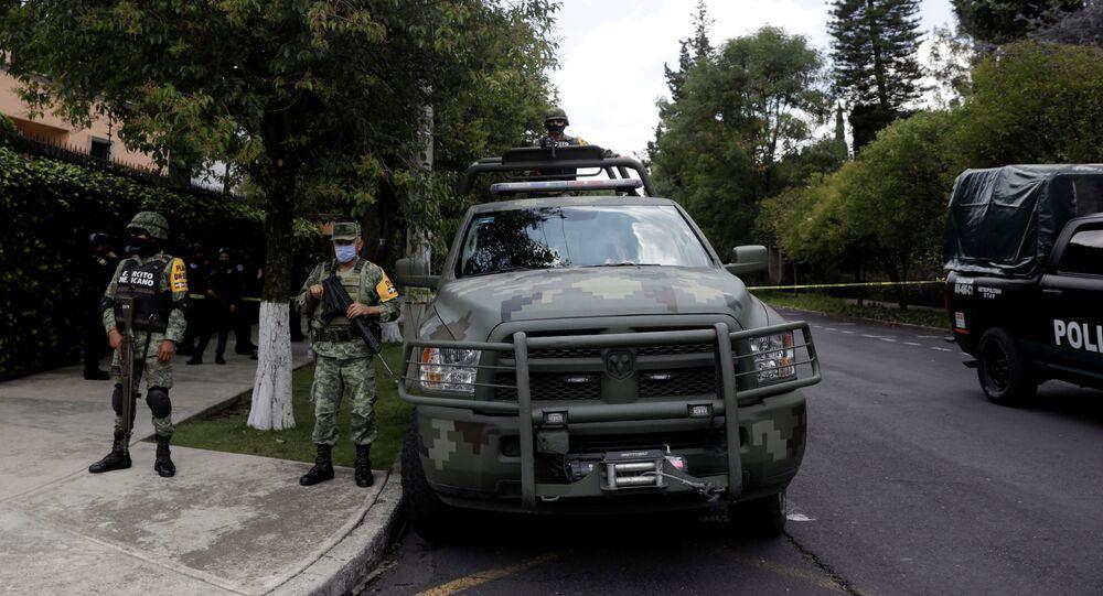 Oficiales de policía vigilan la escena del crimen después de un intento de asesinato del jefe de policía de la Ciudad de México, Omar García Harfuch