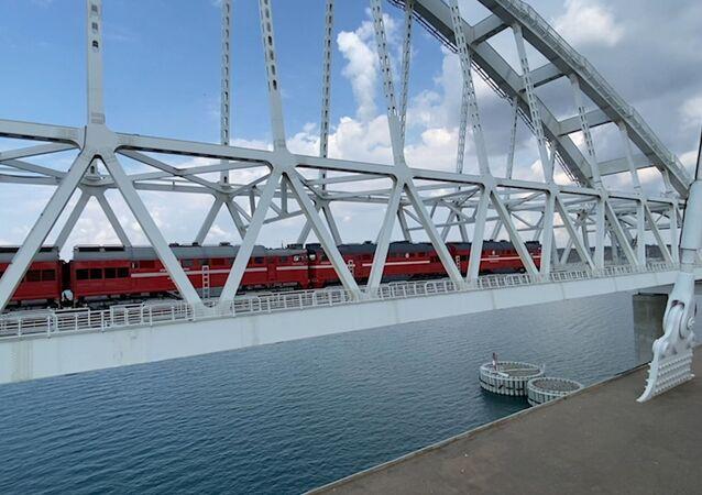 Un tren de carga pasa por el puente de Crimea