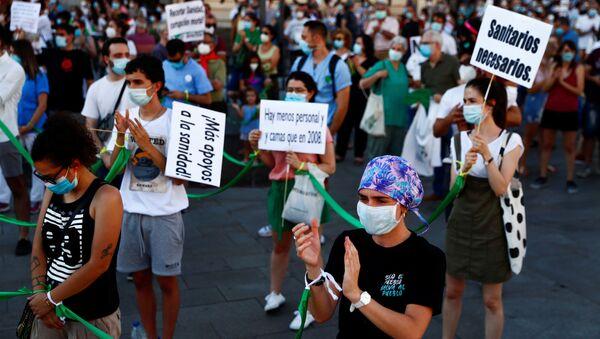 Sanitarios manifestándose en la Puerta del Sol (Madrid) - Sputnik Mundo