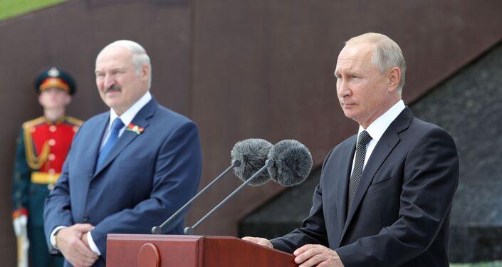 Los presidentes de Bielorrusia y Rusia, Alexandr Lukashenko y Vladímir Putin inauguran un monumento al soldado soviético cerca de la ciudad rusa de Rzhev
