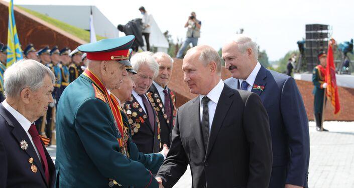 Los presidentes de Bielorrusia y Rusia, Alexandr Lukashenko y  Putin y los veteranos de la Gran Guerra Patria durante la inauguración de un monumento al soldado soviético cerca de la ciudad rusa de Rzhev