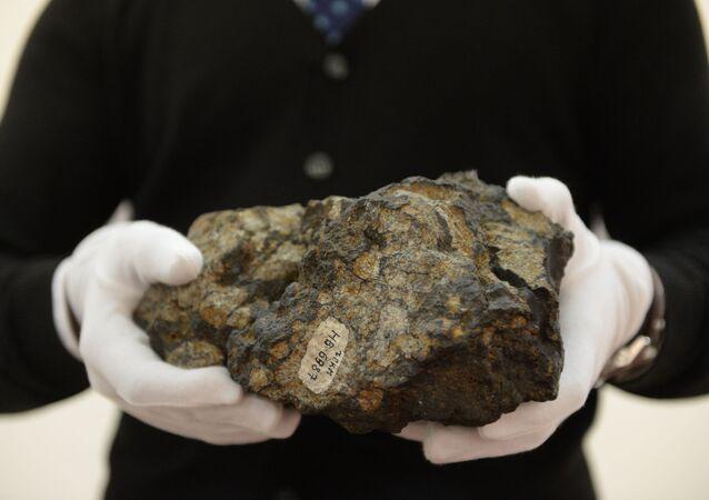 Una pieza del meteorito que explotó sobre la región rusa de Cheliábinsk en 2013