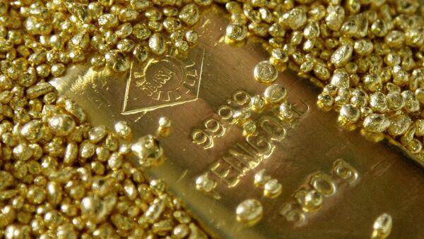 Un lingote entre granos de oro - Sputnik Mundo