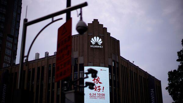 El logo de la empresa china Huawei en una tienda en Shanghái - Sputnik Mundo