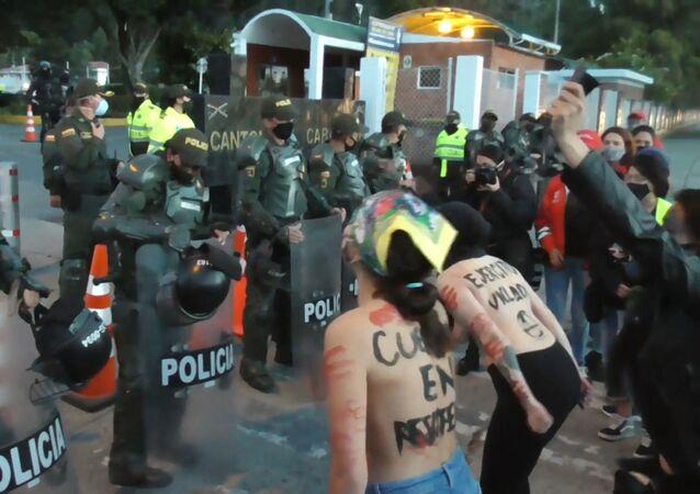 Protestas en Bogotá por la violación de una niña indígena a manos de militares