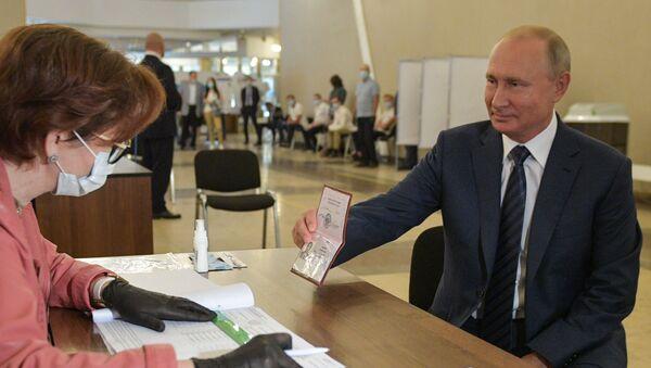 El presidente ruso, Vladímir Putin, vota sobre las enmiendas a la Constitución - Sputnik Mundo