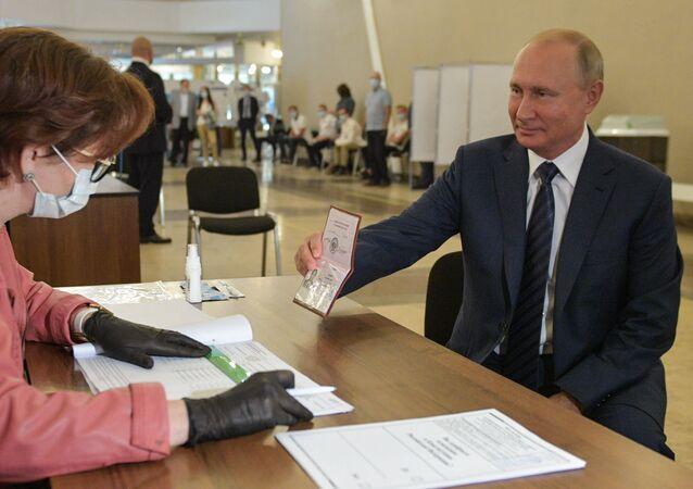 El presidente ruso, Vladímir Putin, vota sobre las enmiendas a la Constitución
