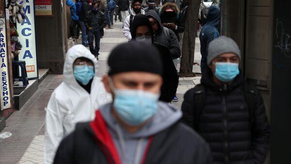 Personas desempleadas hacen cola para solicitar el seguro de desempleo en Santiago - Sputnik Mundo