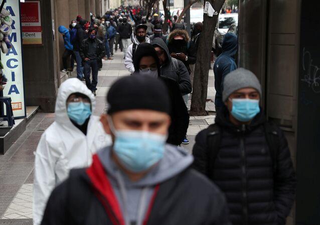 Personas desempleadas hacen cola para solicitar el seguro de desempleo en Santiago