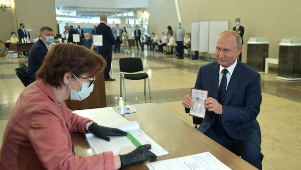 Президент Владимир Путин во время голосования по вопросу одобрения изменений в Конституцию РФ - Sputnik Mundo