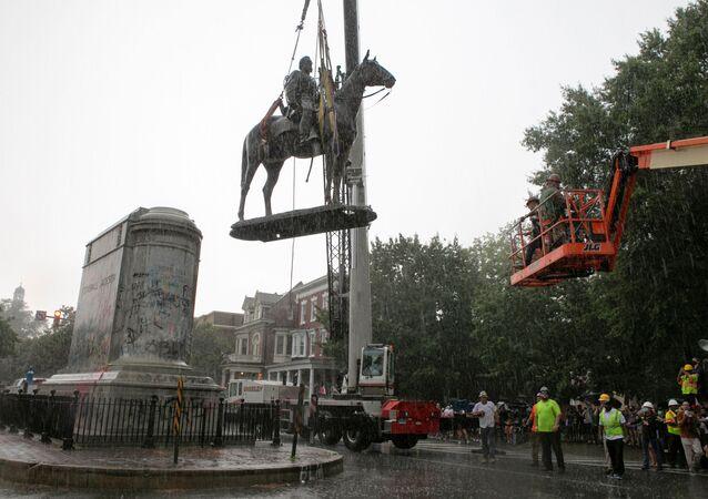 Retiro de los monumentos en Richmond