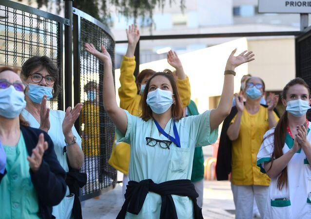 Sanitarios del Hospital Gregorio Marañón agradecen los aplausos de la gente. Madrid, 17 de mayo de 2020