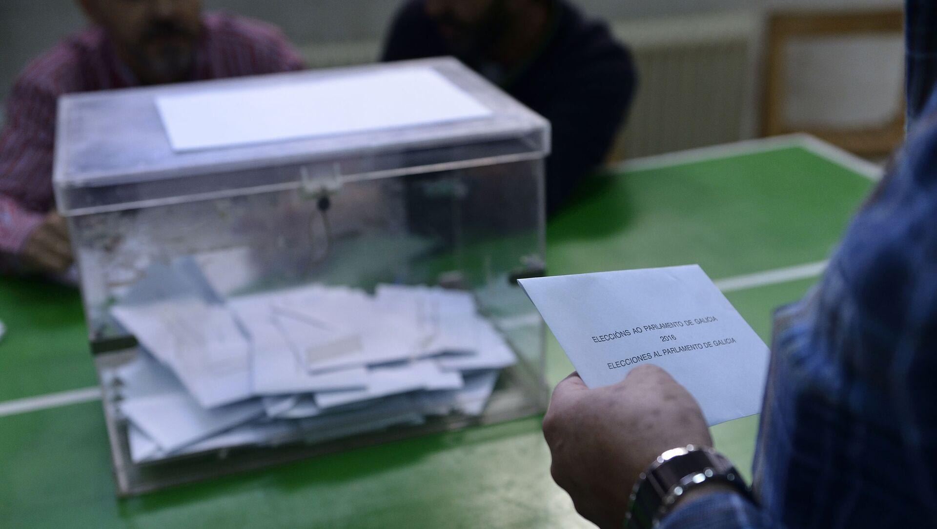 Votante frente a una urna en las elecciones de Galicia de 2016 - Sputnik Mundo, 1920, 02.07.2020