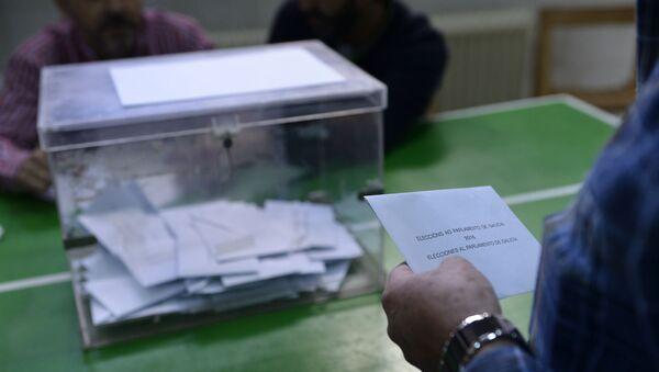 Votante frente a una urna en las elecciones de Galicia de 2016 - Sputnik Mundo