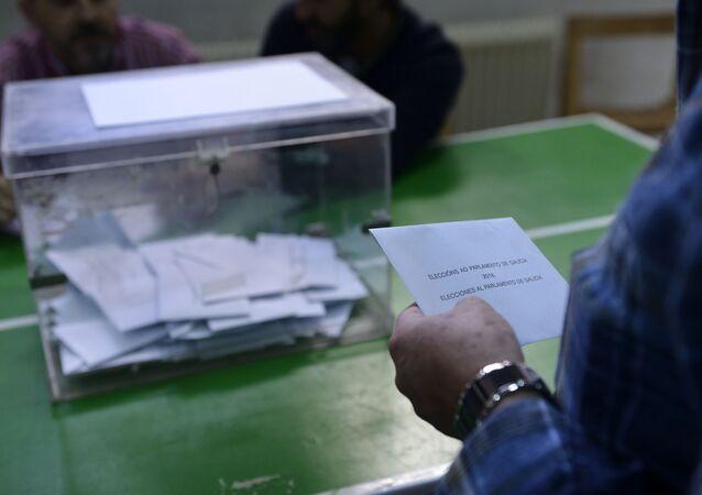 Votante frente a una urna en las elecciones de Galicia de 2016