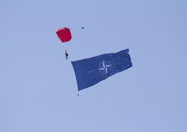 Un paracaidista con la bandera de la OTAN (imagen referencial)