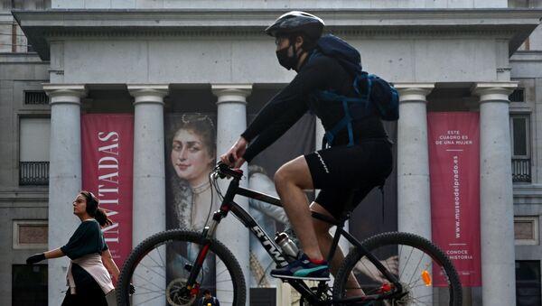 Un ciclista hace deporte frente al Museo del Prado en Madrid - Sputnik Mundo