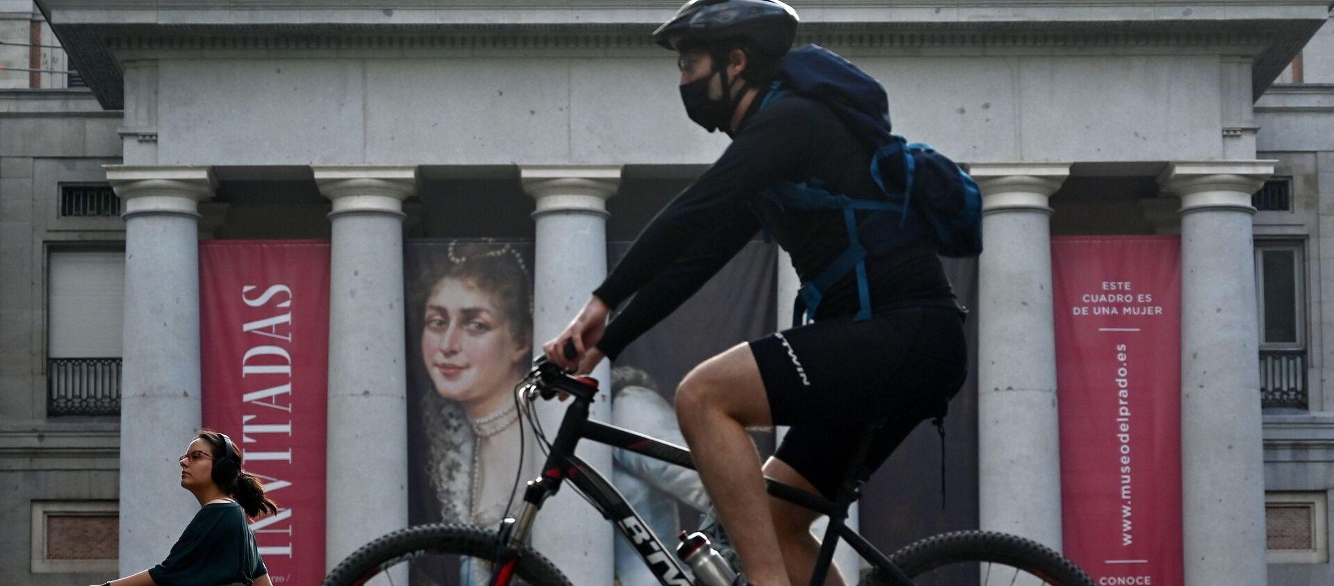 Un ciclista hace deporte frente al Museo del Prado en Madrid - Sputnik Mundo, 1920, 03.07.2020