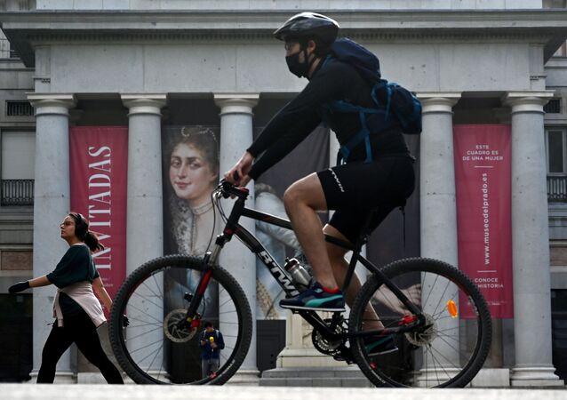 Un ciclista hace deporte frente al Museo del Prado en Madrid