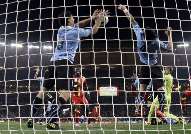 El futbolista uruguayo Luis Suárez detiene la pelota con la mano en el partido frente a Ghana en el Mundial de Sudáfrica de 2010