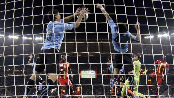 El futbolista uruguayo Luis Suárez detiene la pelota con la mano en el partido frente a Ghana en el Mundial de Sudáfrica de 2010 - Sputnik Mundo