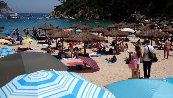 Una playa de Costa Brava, España - Sputnik Mundo