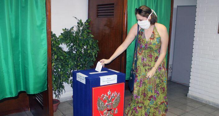 Ciudadana rusa ejerce su derecho al voto en La Habana