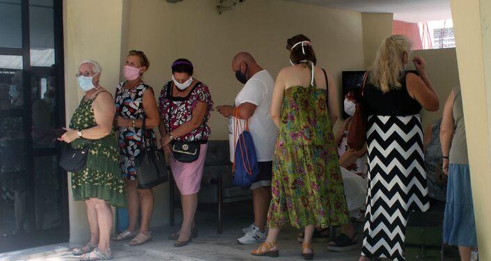 Ciudadanos rusos esperan para votar en consulado en La Habana