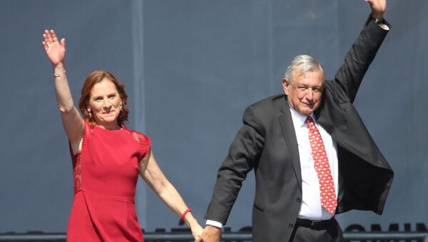Escritora Beatriz Gutiérrez Müller con su esposo, el presidente de México, Andrés Manuel López Obrador - Sputnik Mundo