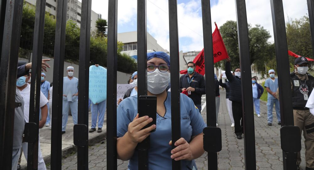 Trabajadores sanitarios en Ecuador
