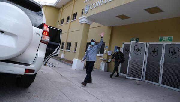 Juan Orlando Hernández, presidente de Honduras, saliendo del hospital - Sputnik Mundo
