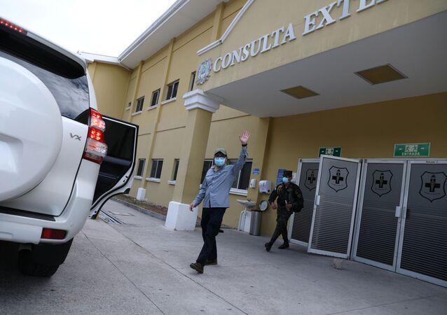 Juan Orlando Hernández, presidente de Honduras, saliendo del hospital