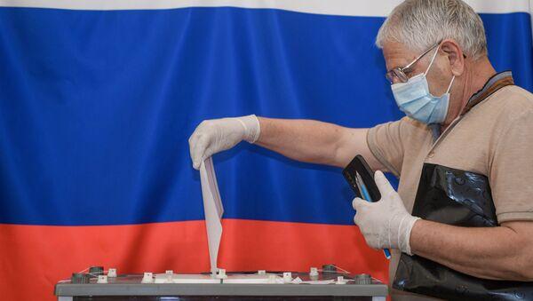 Un hombre votando sobre las enmiendas a la Constitución de Rusia (imagen referencial) - Sputnik Mundo
