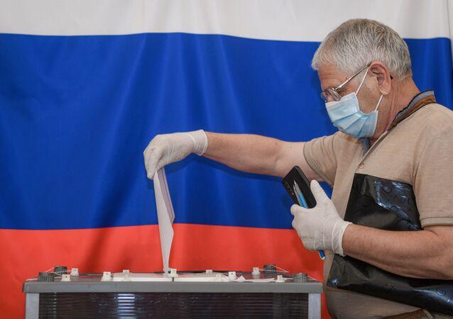 Un hombre votando sobre las enmiendas a la Constitución de Rusia (imagen referencial)