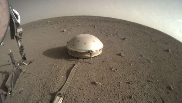 El sismómetro del aterrizador InSight de la NASA en la superfície de Marte - Sputnik Mundo